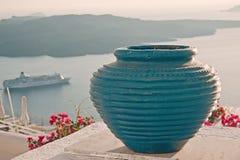 在Fira,圣托里尼大阳台的蓝色花瓶装饰  免版税库存图片