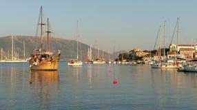 在Fiskardo海湾, Kefalonia海岛,希腊的风船 免版税库存照片
