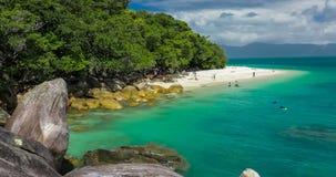 在Fitzroy海岛,昆士兰,澳大利亚上的Nudey海滩 股票录像