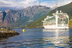 在Flam港的大游轮离开向斯塔万格,在晴朗的夏日,挪威 免版税库存图片