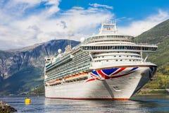 在Flam港的大游轮离开向斯塔万格,在晴朗的夏日,挪威 免版税库存照片