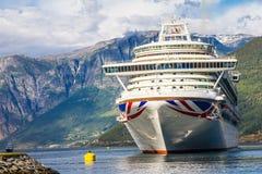 在Flam港的大游轮离开向斯塔万格,在晴朗的夏日,挪威 库存照片