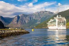 在Flam港的大游轮离开向斯塔万格,在晴朗的夏日,挪威 图库摄影