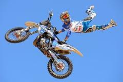 在FMX (自由式摩托车越野赛)竞争的一个专业车手在LKXA极端体育巴塞罗那比赛 免版税库存图片