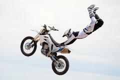 在FMX (自由式摩托车越野赛)竞争的一个专业车手 图库摄影