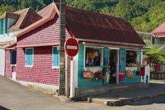 在Fond de Rond Point镇的五颜六色的纪念品和果子工厂建筑物在圣但尼De拉雷于尼翁,法国 免版税库存图片