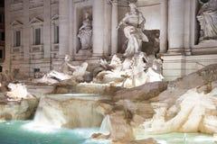 在fontana用罗马意大利语的di trevi的夜视图:Fontana di Tr 图库摄影