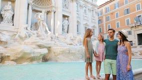 在Fontana di Trevi,罗马,意大利附近的家庭 愉快的父母和孩子在欧洲享受意大利假期假日 影视素材