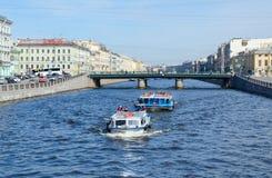 在Fontanka河的游览小船在Semyonovsky桥梁,圣彼德堡,俄罗斯附近 库存照片