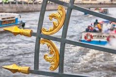 在Fontanka河的游览小船 圣彼德堡 俄国 库存照片
