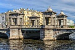 在Fontanka河的罗蒙诺索夫桥梁一个清楚的春日 图库摄影
