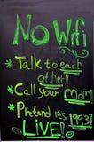 在foodmarket前面的一个委员会宣布没有WiFi并且建议互相谈话或告诉您的妈妈或前 免版税库存照片