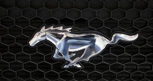 在Ford Mustang汽车的Ford Mustang金属商标特写镜头被显示在MOTO展示在克拉科夫波兰 库存图片