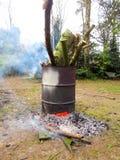 在forrest里面的桶篝火 免版税库存图片