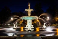 在Forsyth公园的喷泉在晚上,在大草原,乔治亚 免版税库存图片