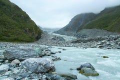 在Fox冰川谷,新西兰的夏天小河 免版税库存照片