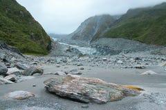 在Fox冰川谷,新西兰的岩石 免版税图库摄影