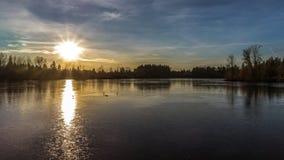 在Fozen都市湖的日落 库存图片