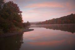 在Frances Slocum湖的五颜六色的日出 图库摄影