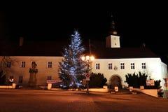 在Frydek广场的美丽的圣诞树在捷克共和国的Frydek米斯泰克 在Frydek锁附近的圣诞树在黑暗 免版税库存照片