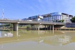 在fu ` fuchun小河的桥梁城市 图库摄影