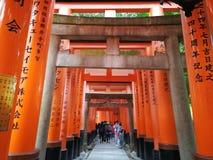 在Fushimi稻荷寺庙的鸟居图腾 免版税库存图片