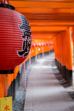 在fushimi inari寺庙的一个日本灯笼 库存照片