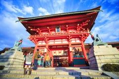 在Fushimi Inari寺庙的红色花托门在京都,日本,有选择性 库存图片