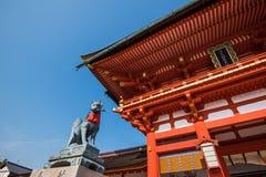 在fushimi inari寺庙的Fox雕象 免版税库存照片