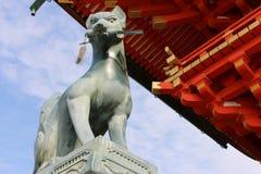 在Fushimi Inari寺庙的Fox sculture在京都,日本 图库摄影