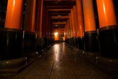 在Fushimi Inari寺庙,京都的红色花托门 免版税库存图片
