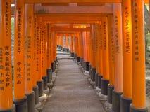 在Fushimi Inari寺庙,京都的Torii门 免版税库存图片