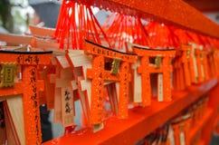 在Fushimi Inari寺庙,京都,日本的小torii 图库摄影