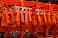 在Fushimi Inari寺庙,京都,日本的小torii 库存照片