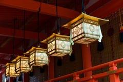 在Fushimi Inari-taisha寺庙的华丽灯笼 免版税库存图片
