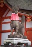 在Fushimi Inari Taisha寺庙的Fox雕象 免版税库存照片