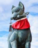 在Fushimi Inari-taisha寺庙的Kitsune雕塑在京都 免版税库存图片