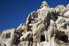 在Göreme附近的奇怪地被形成的凝灰岩石头岩石 库存照片