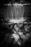在Gabrielino足迹,安赫莱斯国家森林附近的黑白瀑布 库存图片
