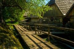 在Gacka河,利卡河,克罗地亚的木磨房 免版税库存照片