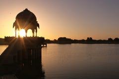 在Gadi Sagar湖的日出 免版税库存图片