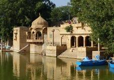 在Gadisar坦克, Jaisalmer的寺庙 免版税库存照片