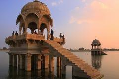 在Gadisar湖日落的, Jaisalmer,印度的Gadi Sagar寺庙 图库摄影