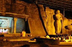 在Gal Vihara寺庙的晚上服务 Gal Vihara寺庙,菩萨石雕象,古老皇家住所,联合国科教文组织世界Heritag废墟  库存图片