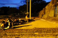 在Gal Vihara寺庙的晚上服务 Gal Vihara寺庙,菩萨石雕象,古老皇家住所,联合国科教文组织世界Heritag废墟  免版税库存照片