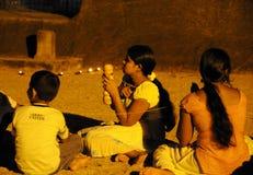 在Gal Vihara寺庙的晚上服务 Gal Vihara寺庙,菩萨石雕象,古老皇家住所,联合国科教文组织世界Heritag废墟  免版税图库摄影
