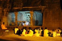 在Gal Vihara寺庙的晚上服务 Gal Vihara寺庙,菩萨石雕象,废墟古老皇家 库存照片