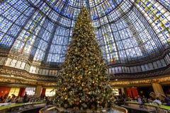 在Galeries拉斐特商店,巴黎,法国的圣诞节装饰 免版税库存图片