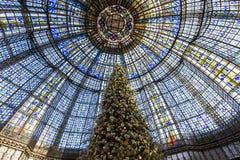 在Galeries拉斐特商店,巴黎,法国的圣诞节装饰 免版税库存照片