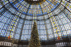 在Galeries拉斐特商店,巴黎,法国的圣诞节装饰 库存图片